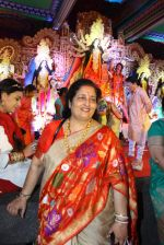 Anuradha Paudwal at North Bombay Sarbojanin Durga Puja 2015 on 22nd Oct 2015 (10)_5629bb09a622a.JPG