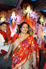 Anuradha Paudwal at North Bombay Sarbojanin Durga Puja 2015 on 22nd Oct 2015 (9)_5629bb03e6e45.JPG