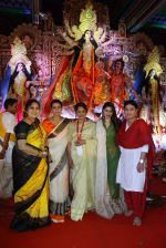 Kajol, Tanuja, Tanisha Mukherjee, Sharbani Mukherjee at North Bombay Sarbojanin Durga Puja 2015 on 22nd Oct 2015 (28)_5629c052e57d3.JPG