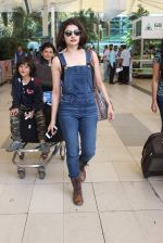 Prachi Desai snapped at airport on 24th Oct 2015 (15)_562cd98d93ba2.JPG