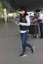 Kareena Kapoor snapped at airport on 25th Oct 2015