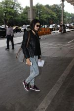 Prachi Desai snapped at airport in Mumbai on 27th Oct 2015 (12)_563090a022823.JPG