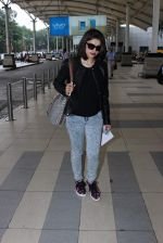 Prachi Desai snapped at airport in Mumbai on 27th Oct 2015 (15)_563090a669920.JPG