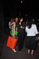 Suzanne Khan and Sonali Bendre on a girly dinner in Hakassan on 27th Oct 2015 (17)_563091c46fe19.JPG