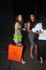Suzanne Khan, Gayatri Joshi on a girly dinner in Hakassan on 27th Oct 2015 (21)_563091e3101a0.JPG