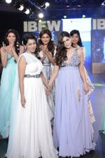 Pooja Gupta walk the ramp for Zeel Doshi Thakkar show on day 3 of Gionee India Beach Fashion Week on 31st Oct 2015 (10)_56350367aa440.JPG