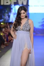 Pooja Gupta walk the ramp for Zeel Doshi Thakkar show on day 3 of Gionee India Beach Fashion Week on 31st Oct 2015 (7)_563503809b0c2.JPG