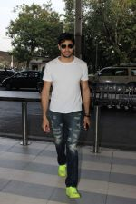 Sidharth Malhotra snapped at the airport on 31st Oct 2015