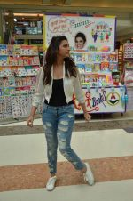Parineeti Chopra distribute books to underprivileged kids at mall in thane on 5th Nov 2015