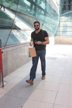 Arunoday Singh snapped at airport on 7th Nov 2015 (20)_563f6dff88dd0.JPG