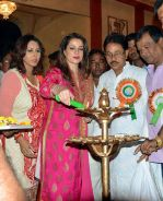Neelam Kothari in Kolkatta for Kali Puja on 9th Nov 2015 (5)_5641fc0c2a89e.jpg