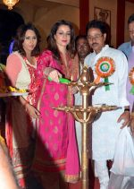 Neelam Kothari in Kolkatta for Kali Puja on 9th Nov 2015 (7)_5641fc0e3a4a9.jpg