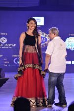 Hrishita Bhatt walk the ramp for Manali Jagtap Show on 15th Nov 2015 (43)_56498d806eeb5.JPG