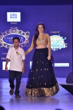 Shonali Nagrani walk the ramp for Manali Jagtap Show on 15th Nov 2015 (39)_56498dcba4d4c.JPG