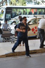 Rishi Kapoor, Neetu Singh snapped at airport in Mumbai on 17th Nov 2015 (10)_564c2a97682da.JPG