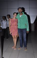 Yuvraj Singh and Hazel Keech post their engagement snapped at the airport on 17th Nov 2015 (10)_564c298d167f7.JPG