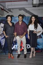 Zarine Khan, Daisy Shah, Karan Singh Grover at Hate Story 3 interviews on 19th Nov 2015 (9)_564ed5db345f5.JPG