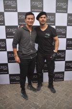 Varun Dhawan, Baichung Bhutia at Ponds shoot on 23rd Nov 2015 (13)_56540e78aeea3.JPG