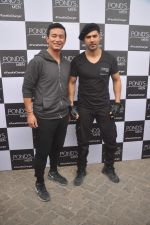 Varun Dhawan, Baichung Bhutia at Ponds shoot on 23rd Nov 2015 (5)_56540e760eadc.JPG