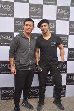 Varun Dhawan, Baichung Bhutia at Ponds shoot on 23rd Nov 2015 (7)_56540e76b7b49.JPG
