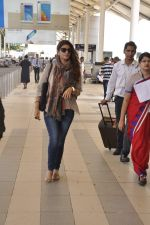Twinkle Khanna snapped at airport  on 24th Nov 2015 (6)_565562cac2351.JPG