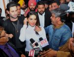 sunny leone come to CP during the distribution gifit to under privileged society in new delhi on 28th Nov 2015 (1)_565b01141dcff.jpg