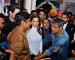 sunny leone come to CP during the distribution gifit to under privileged society in new delhi on 28th Nov 2015 (2)_565b0115707b6.jpg