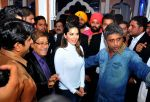 sunny leone come to CP during the distribution gifit to under privileged society in new delhi on 28th Nov 2015 (3)_565b0117175de.jpg