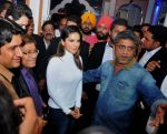 sunny leone come to CP during the distribution gifit to under privileged society in new delhi on 28th Nov 2015 (4)_565b01183230b.jpg