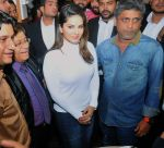 sunny leone come to CP during the distribution gifit to under privileged society in new delhi on 28th Nov 2015 (5)_565b01194e69d.jpg