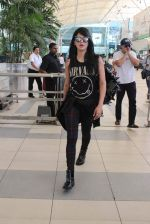 Shruti Haasan snapped at airport on 1st Dec 2015 (11)_565eaa099582b.JPG