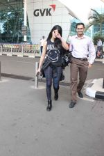 Shruti Haasan snapped at airport on 1st Dec 2015 (20)_565eaa105bdfb.JPG