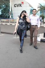 Shruti Haasan snapped at airport on 1st Dec 2015 (21)_565eaa1103a2a.JPG