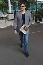 Vivek Oberoi snapped at Airport on 5th Dec 2015 (23)_5663a36527e5b.JPG
