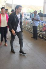 Govinda snapped at the airport on 6th Dec 2015 (11)_5665336fe064b.JPG