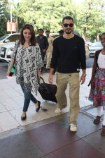 Soha Ali Khan, Kunal Khemu snapoped at airport on 7th Dec 2015 (15)_566693e64d75a.JPG