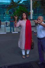 Hema Malini snapped at airport on 8th Dec 2015 (8)_5667c27527d1e.JPG