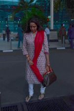 Hema Malini snapped at airport on 8th Dec 2015 (9)_5667c275c677a.JPG