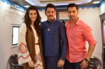 Kriti Sanon and Varun Dhawan with Amar Upadhyay on the sets of Saathiya for a Dilwale Integration