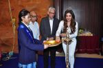 Raveena Tandon meets her school teachers and her favourite vada pav from the canteen on 10th Dec 2015 (56)_566a88a7e21f2.JPG