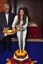 Raveena Tandon meets her school teachers and her favourite vada pav from the canteen on 10th Dec 2015 (59)_566a88a9ba2f9.JPG