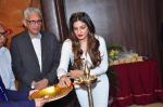 Raveena Tandon meets her school teachers and her favourite vada pav from the canteen on 10th Dec 2015 (60)_566a88aa5c78d.JPG