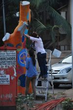 Twinkle Khanna and Gayatri Oberoi paint trees in Juhu on 10th Dec 2015 (21)_566a8822b8330.JPG