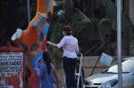 Twinkle Khanna and Gayatri Oberoi paint trees in Juhu on 10th Dec 2015 (22)_566a882379abb.JPG