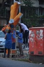 Twinkle Khanna and Gayatri Oberoi paint trees in Juhu on 10th Dec 2015 (26)_566a8824c9550.JPG