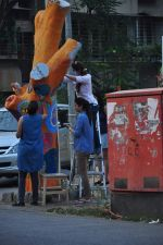Twinkle Khanna and Gayatri Oberoi paint trees in Juhu on 10th Dec 2015 (27)_566a882585de7.JPG