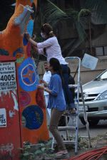 Twinkle Khanna and Gayatri Oberoi paint trees in Juhu on 10th Dec 2015 (20)_566a87fdbb9e2.JPG