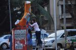 Twinkle Khanna and Gayatri Oberoi paint trees in Juhu on 10th Dec 2015 (23)_566a87fe5dd67.JPG
