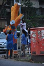 Twinkle Khanna and Gayatri Oberoi paint trees in Juhu on 10th Dec 2015 (28)_566a87ff866da.JPG