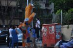 Twinkle Khanna and Gayatri Oberoi paint trees in Juhu on 10th Dec 2015 (30)_566a8800392e3.JPG